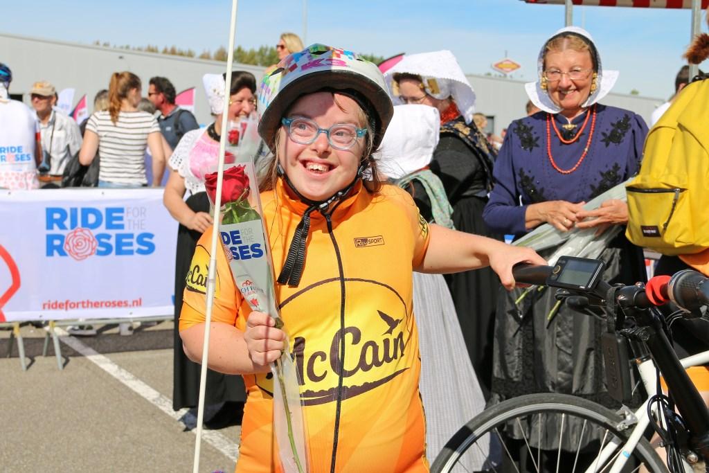 Alle deelnemers krijgen bij de finish een roos. Foto: Coby Weijers © Internetbode