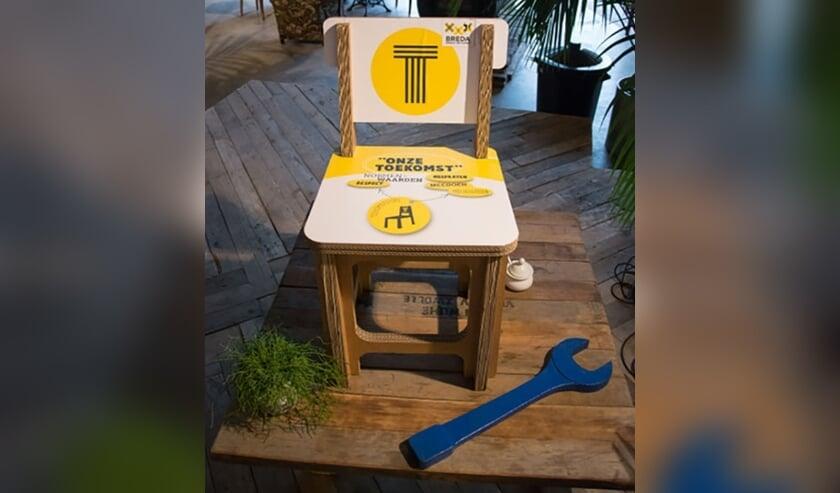 De Toekomststoel is gemaakt van stevig, recyclebaar karton en heeft verschillende kleuren afhankelijk van het thema.