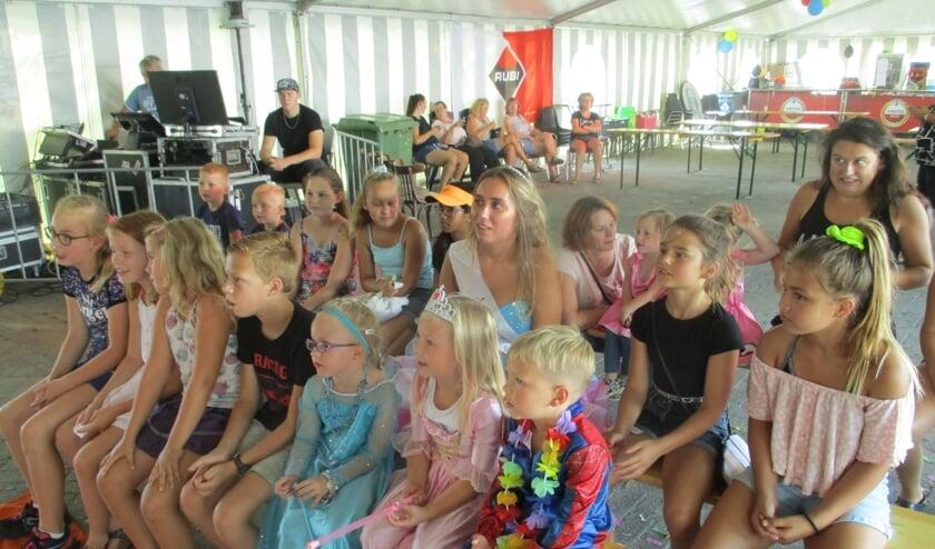 Miss Zomercarnaval tussen de kinderen.