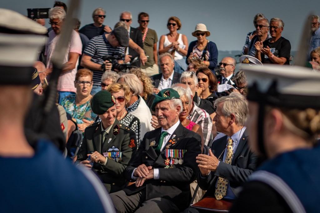 De 97-jarige veteraan Roy Maxwell krijgt applaus bij de onthulling van de Roll of Honour. FOTO JEROEN VAN OPSTAL Foto: Jeroen van Opstal © Internetbode