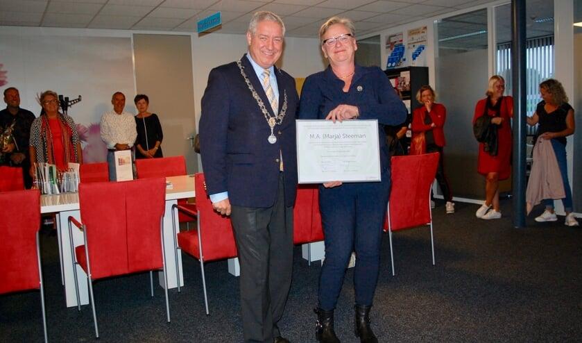 Burgemeester Niederer reikt Roosenspeld uit aan Marja Steeman