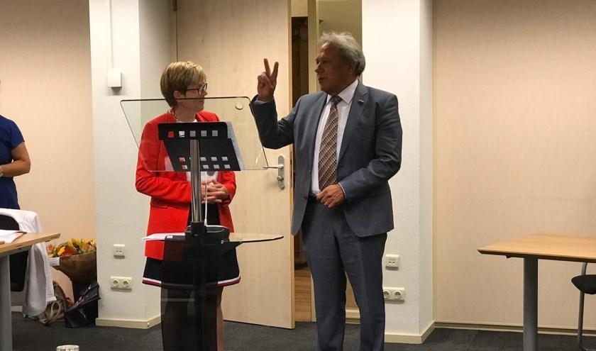 Frank Vrolijk legt de eed af bij burgemeester Miranda de Vries.
