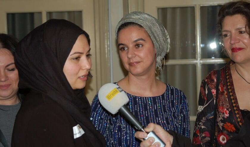 Nora Kasrioui (midden)