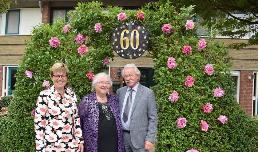 Het gelukkige diamanten paar Jan en Zus werden gefeliciteerd door burgemeester Miranda de Vries. FOTO STELLA MARIJNISSEN