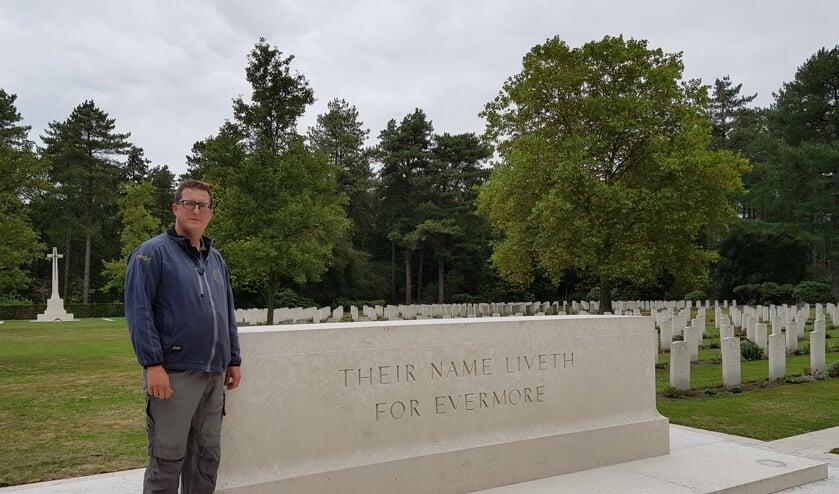 Martin Stumpel bij het monument op het Canadese ereveld in Bergen op Zoom. FOTO EUGÈNE DE KOK