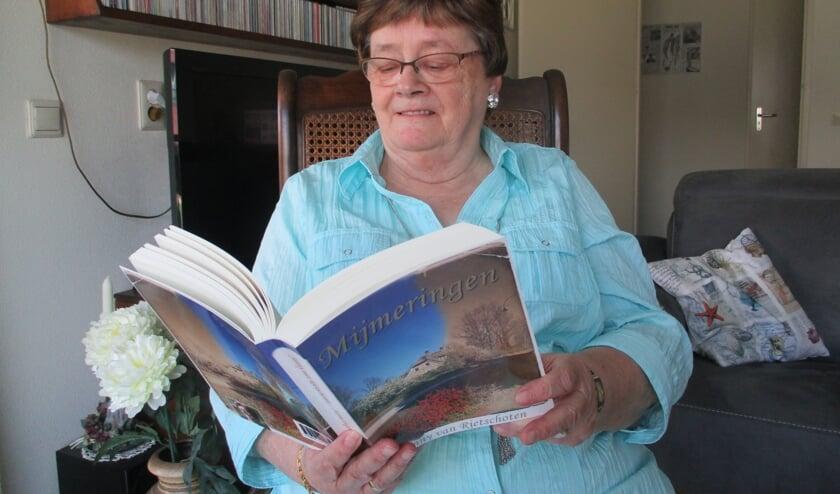 Janny van Rietschoten aan het lezen in Mijmeringen.