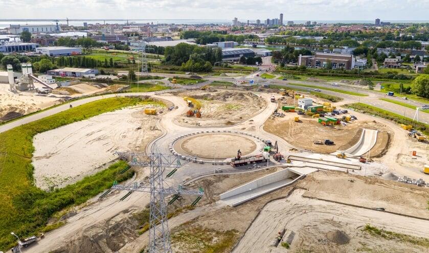 De nieuwe rotonde met fietstunnel is bijna klaar.