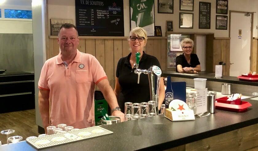 Coördinator Sjef van Merriënboer met barmedewerkers Nancy en Sophia zijn er weer klaar voor om de mensen te bedienen.