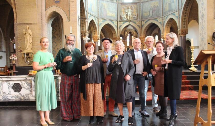 Wethouder Prent bij de kunstenaars die behoren tot de Kunstexpositie Gummaruskerk 2019.