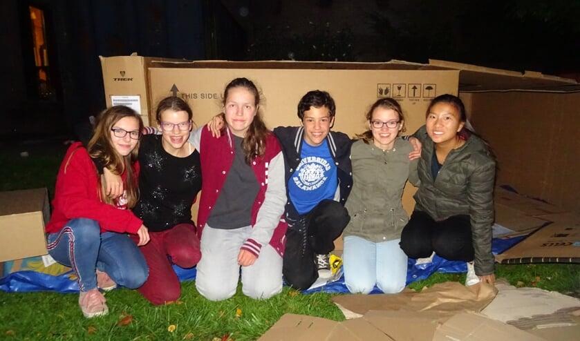 Enkele jongeren tijdens de krotjesnacht van vorig jaar. ARCHIEFFOTO MIRYAM VAN DER STEE