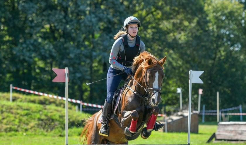 Sanne van Rooten met haar pony Carmen van de Beekerheide.