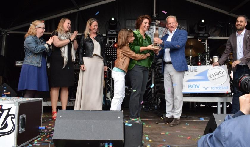 Babice van de Ven en dochter Fien ontvangen de trofee uit handen van Edgar Nelemans.