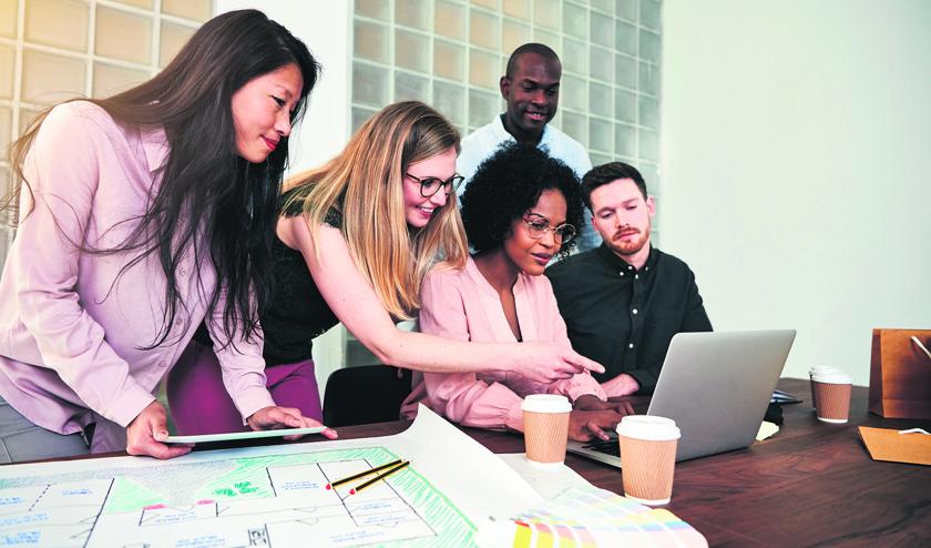 mensen op kantoor achter laptop an het werk 1016846602.jpg