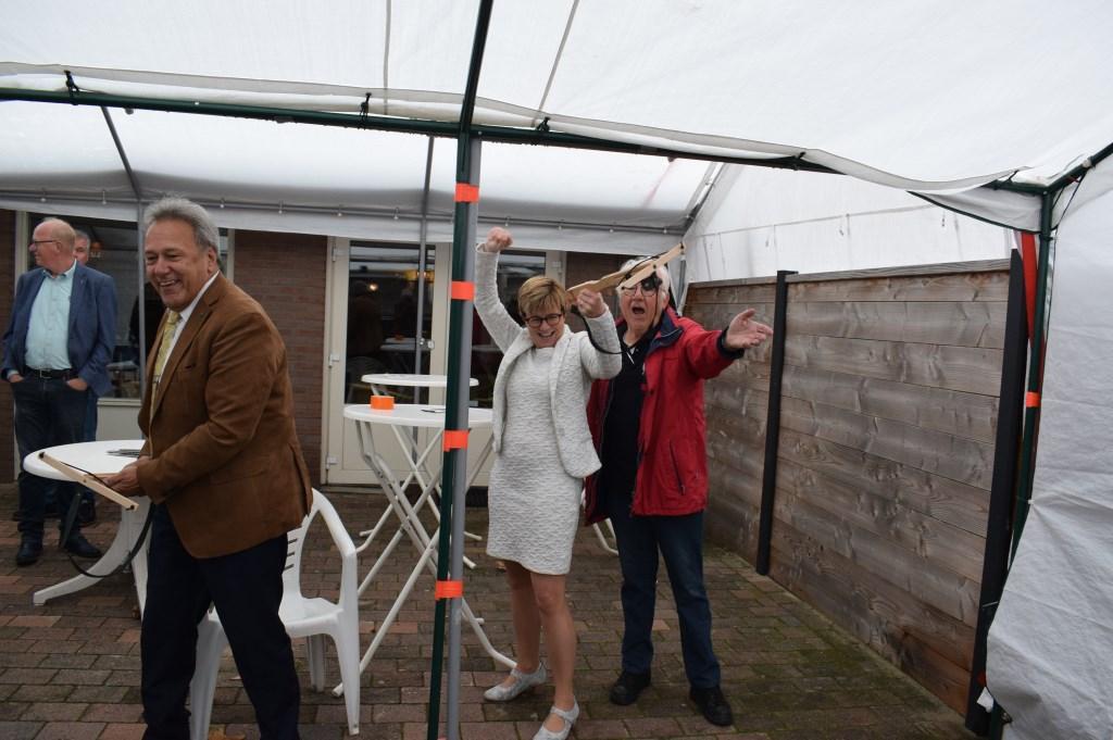 Burgemeester Miranda de Vries heeft een voltreffer. Wethouder Frank Vrolijk deed ook zijn best.  Foto: Stella Marijnissen © Internetbode