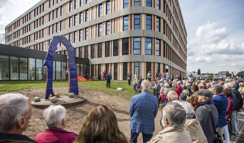 De onthulling van het kunstwerk van kunstenaar Michel Kuipers door voorzitter Raad van Bestuur Olof Suttorp en wethouder Marianne de Bie