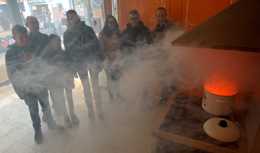 Wat te doen bij vlam in de pan? Bezoekers van de pop-up store krijgen tips over mogelijke gevaren in huis.