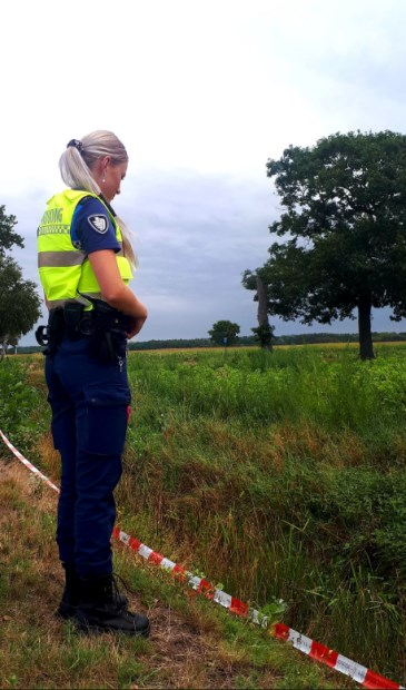 De dumping werd in een sloot aangetroffen.  Foto: Handhaving Roosendaal  © Internetbode
