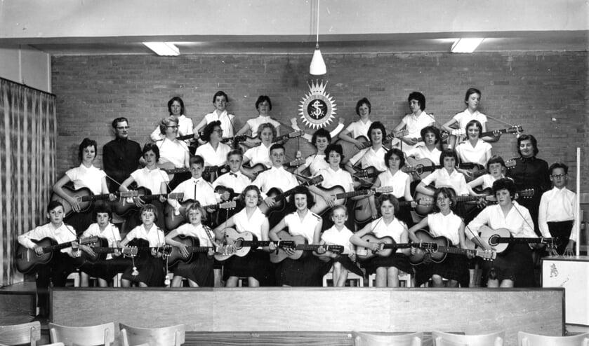 Een foto uit 1961 van de gitaarband van het Leger des Heils in Vlissingen.