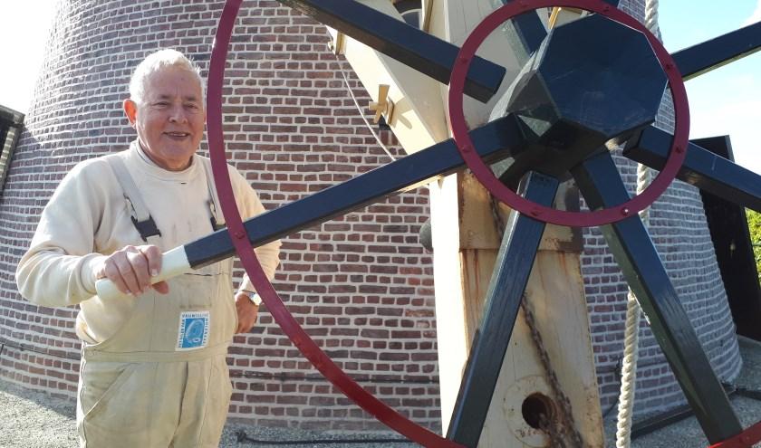 Bas Verbiest bij het kruirad, het 'stuur' van de molen.