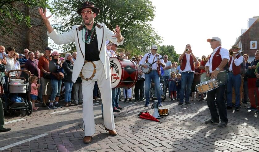 Bij Jazz by the Sea komen bezoekers op straat muzikanten tegen.