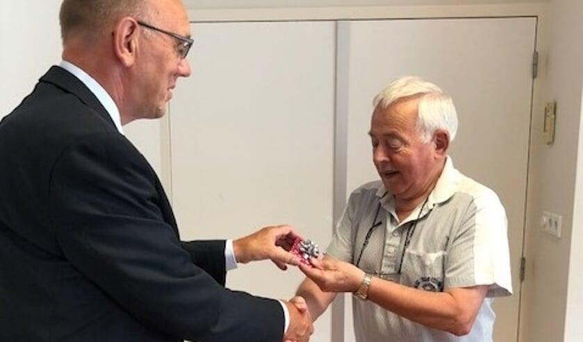 Bas Verbiest krijgt de penning overhandigd door wethouder Jaap Sinke.