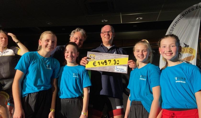 Kinderarts Jaap Kooijman toont vol trots de net uitgereikte cheque.