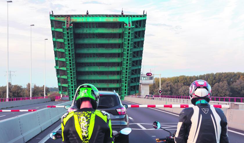 De opening van Haringvlietbrug zorgt voor lange files. FOTO ANDREW BALCOMBE