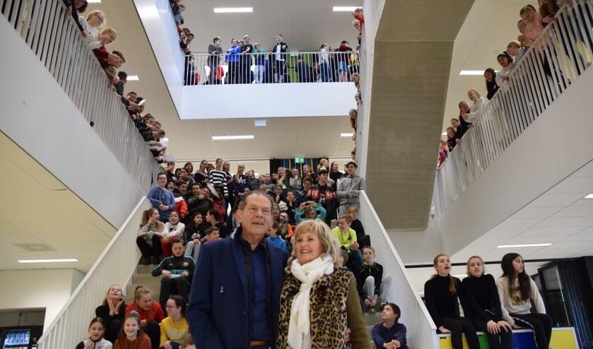 Peter van Heusden en echtgenote worden door brugpiepers toegezongen. FOTO STELLA MARIJNISSEN