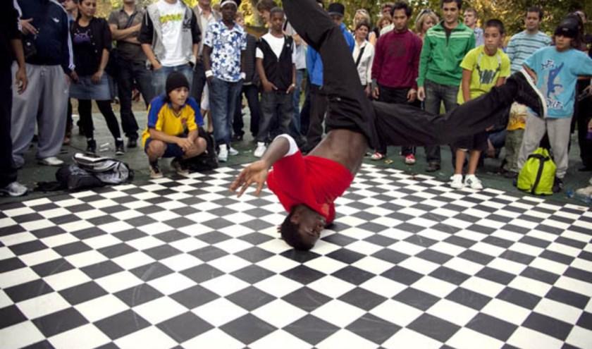 Breda Barst bood niet alleen plaats aan rockartiesten. Ook breakdancers vertoonden er hun kunsten. foto Elfriede Bastiaansen