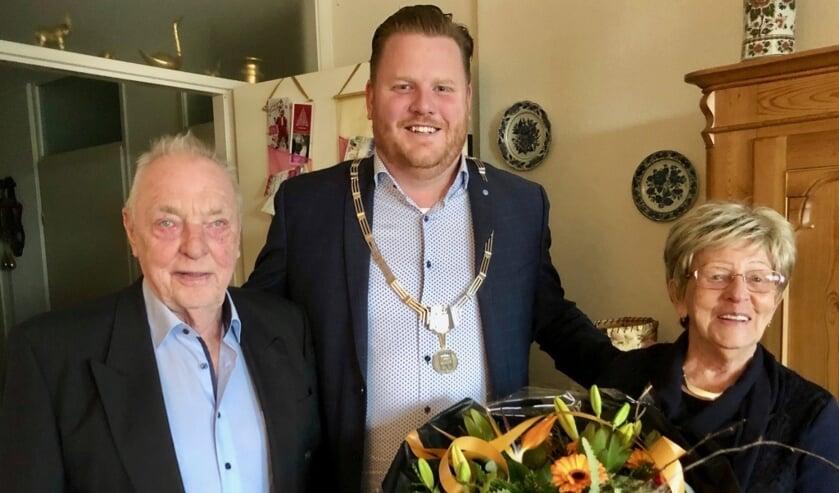 Loco-burgemeester Thomas Melisse feliciteert namens de gemeente het echtpaar van Merode. FOTO JOHAN WAGENMAKERS