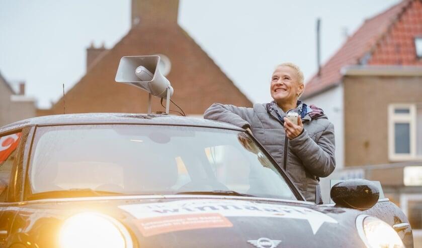 Medewerkster Angeline van de Bruna reed in december rond in de Mini Cooper in de hoop de winnaar wakker te schudden.