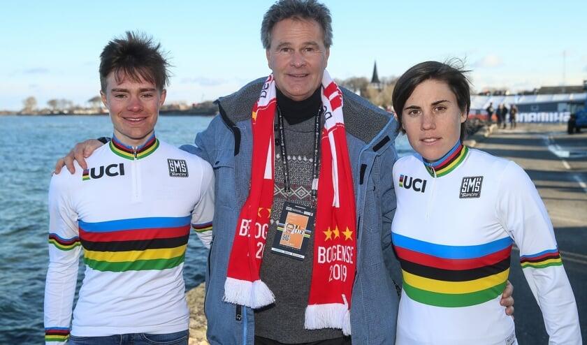 Dirk Theuns met rechts Sanne Cant en links Ben Tulett, beiden lid van het IKO-team. FOTO PETER DECONINCK
