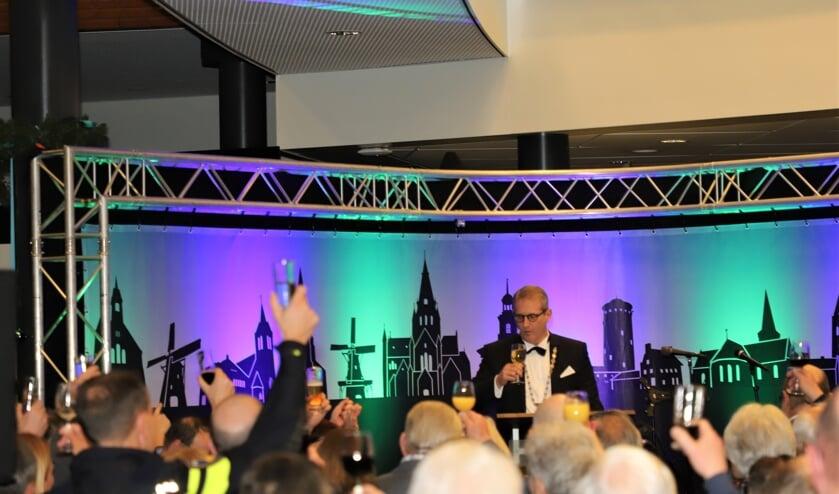 Burgemeester Ruud van den Belt brengt een toast uit op het nieuwe jaar.