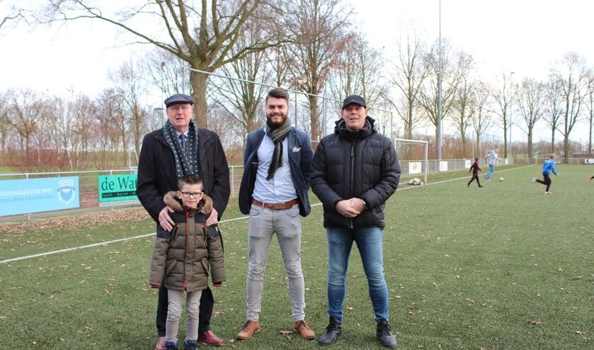 Jongste lid Thijmen Aarts (7) met oudste lid Peet Uijtdewilligen (82) samen met Luuk Hommel en Ron Bosters bij 75 jaar NVS.