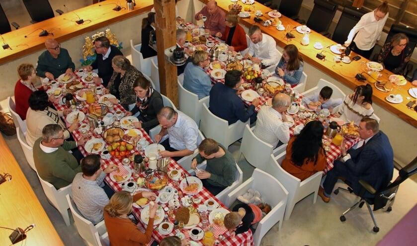 Vijftig inwoners hebben zaterdag een ontbijtje gekregen van de gemeente. FOTO COBY WEIJERS