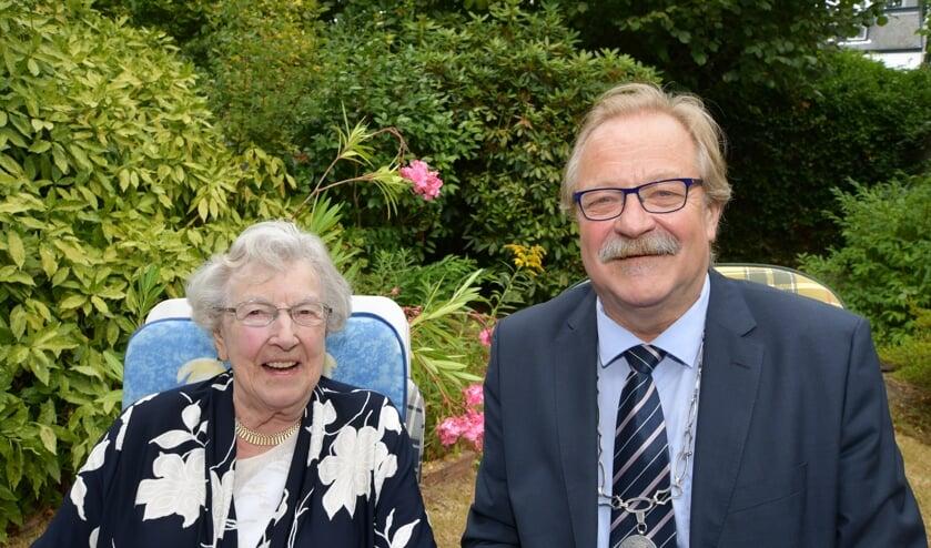 Wethouder Kees van Aert ging in augustus 2018 bij Lenie van der Star op bezoek ter gelegenheid van haar honderdste verjaardag.