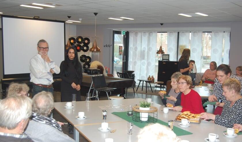 Luc Willem en Dalya Rasho vertellen in het sociaal café in De Wemel.