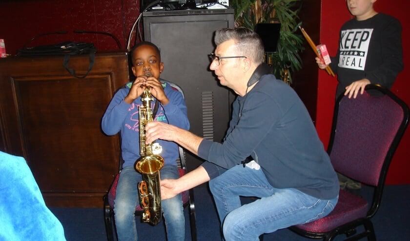 Kennismaken met de saxofoon. FOTO'S TIES STEEHOUWER
