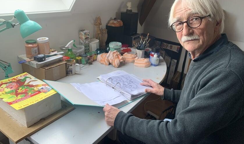 Rini Hagenaars met zijn map vol goede ideeën en schetsen FOTO REMKO VERMUNT
