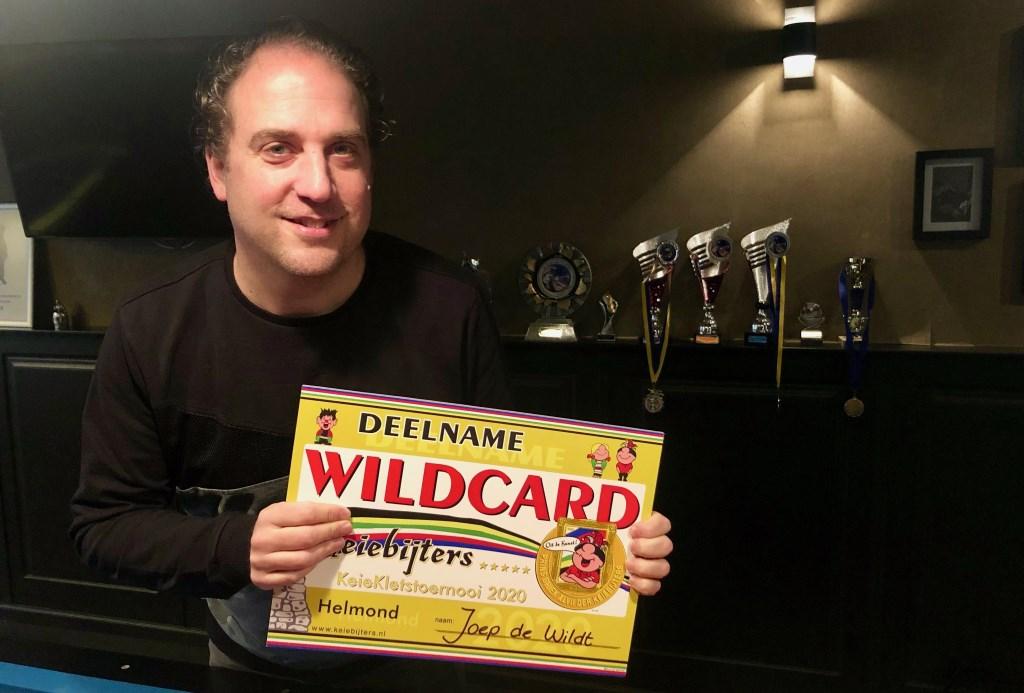 Vol trots toont Joep de Wildt zijn wildcard voor de Keiebijters. Foto: Johan Wagenmakers Foto: Johan Wagenmakers © Internetbode