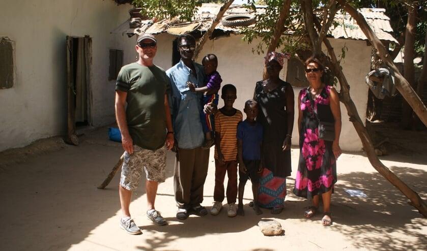Kees en Annella Tolhoek met het gezin wat zij ondersteunen in Gambia