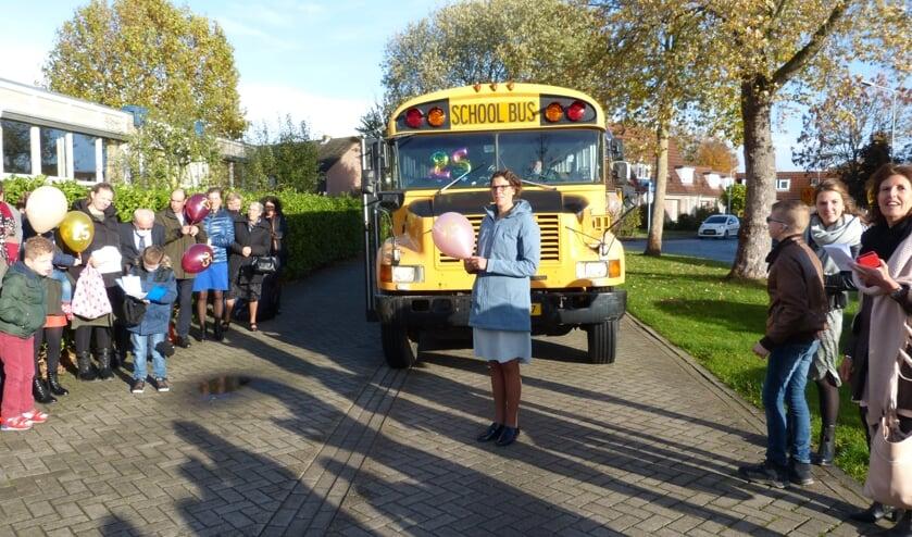 Jubilares komt met Amerikaanse schoolbus op school aan.
