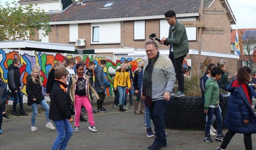 Meester Gerrit danst mee met de Jerusalema