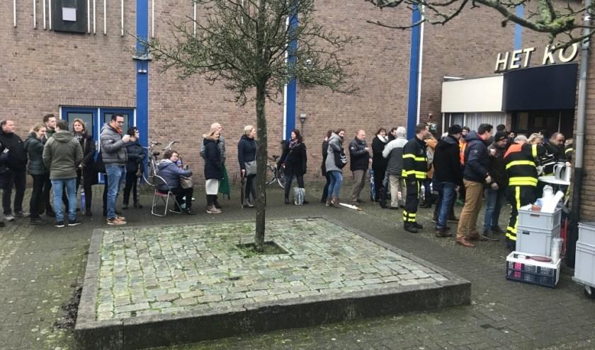 Belangstellenden in de rij voor de kaartverkoop van de Doevese avond.