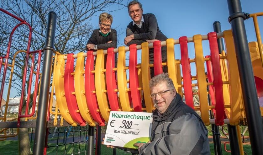 Stichting Specsavers Steunt steunt speeltuin 'de vluchtheuvel' uit Nieuwdorp met een waardecheque; bestuurslid Sam van Gurp neemt de cheque in ontvangst van Diana van Bavel en Wouter de Groot