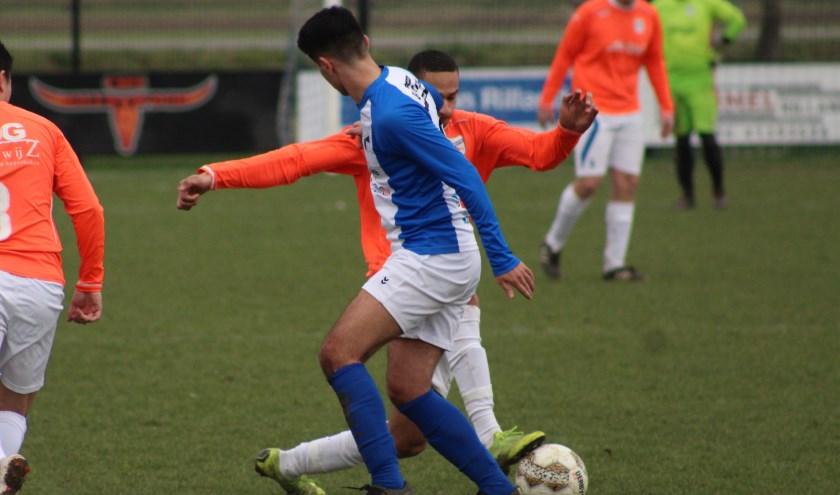 Brandon Cuppers (HB) in duel met Ali Gunes (Ril) in de Reimerswaalse derby.