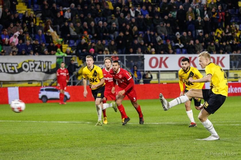 NAC wint van Almere City dankzij rake strafschop Jan Paul van Hecke