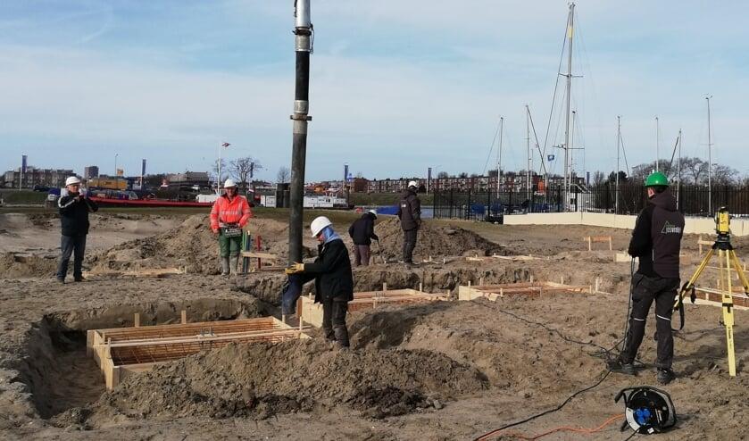 De loods van Stichting Behoud Hoogaars wordt gebouwd bij het Kanaal door Walcheren.