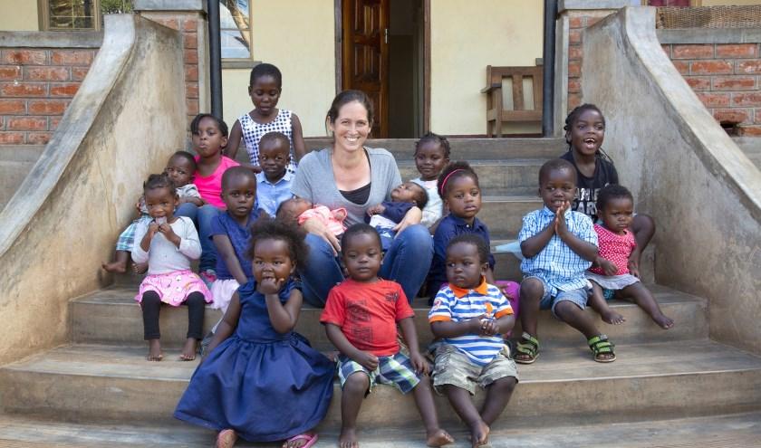 Nicole van Elteren temidden van haar kinderen in Malawi