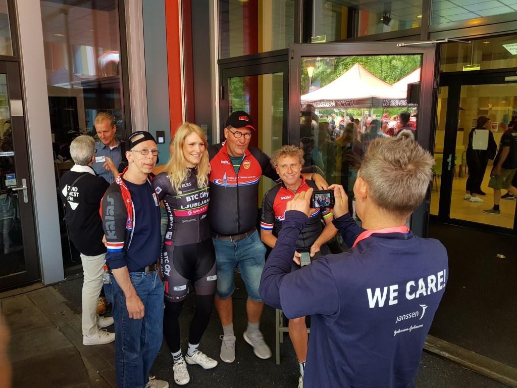 Michael Boogerd en Monique van de Ree op de foto met fans. FOTO'S EUGÈNE DE KOK   Foto: Eugène de Kok © Internetbode